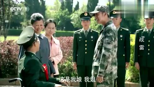 战友因公负伤光荣退伍,战士亲自前来送行:娘,对不起!