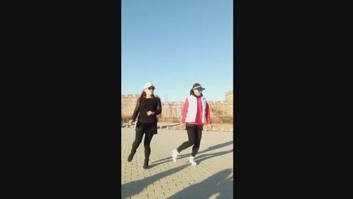 两位高手齐跳鬼步舞,步伐默契动感十足,跳出了欢快的感觉