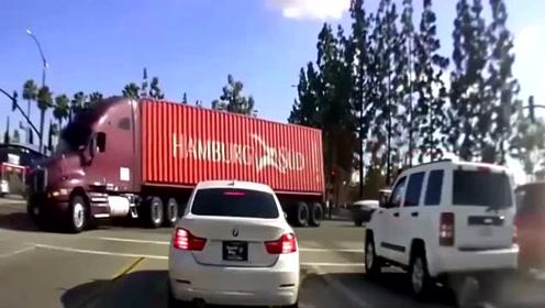 神操作?大拖车转弯货物侧翻,空中悬停3秒被救回