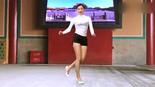 老妹儿跳广场舞,舞蹈动感十足,好看醉人
