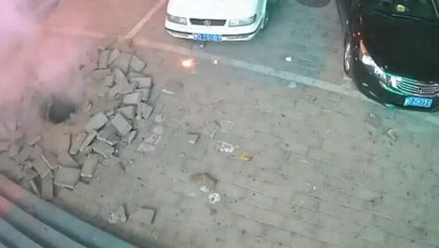 """""""熊孩子""""玩烟花引爆窨井 井盖及周围砖块被炸飞"""