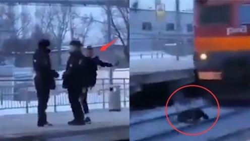 男子挑衅士兵后跳向迎面驶来的火车 差1秒被撞飞