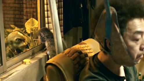 """《疯狂的外星人》正片片段之""""外星人骚骚VS本地欢欢"""""""