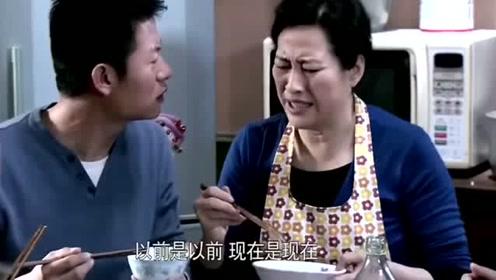 婆婆给儿媳妇夹了一个鸡腿,儿媳妇给了儿子,婆婆又给抢了回去