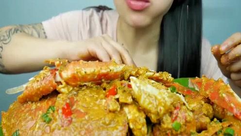 吃播小姐姐吃帝王蟹,直接拿起腿就啃,这蟹肉也太肥嫩诱人