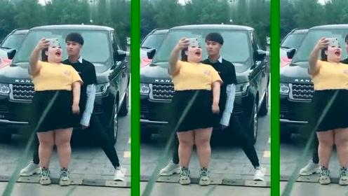 广场发现一对情侣在录视频,男孩的表情出卖了一切