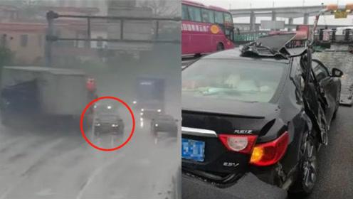 小车司机在高速主车道中间停车   大货车瞬间打滑撞飞另一辆小车