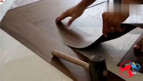 外国师傅铺地板革,这个方法太高效率了,一天给300都不多!