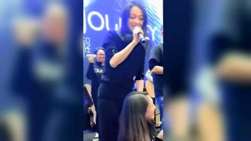 张韶涵偷偷的跑到美女后面,和她一起合唱,现场观众鼓掌欢呼!