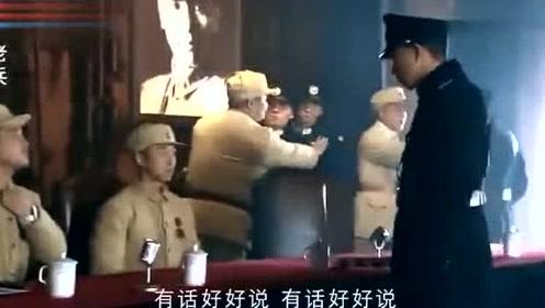 退伍老兵被警察抓,战友看到后直接开打,警察被打趴下