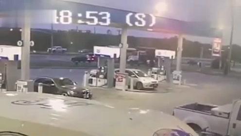摩托车无视交通规则,与小车对撞瞬间爆炸