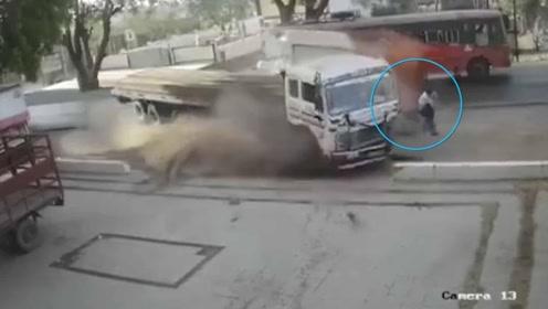 命大!2车猛烈相撞冲出马路 路人夹缝中惊险逃生