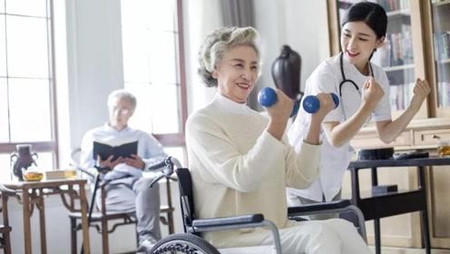 """老年人撞树""""神功"""",真的可以锻炼身体吗?还是恰恰相反?"""