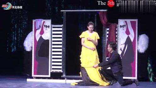 美女台上表演秒换衣服,本以为很厉害,但细心网友还是发现破绽!