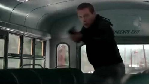 年迈的终结者被新一代直接甩在警车上,与警察两眼相对后抢走警车