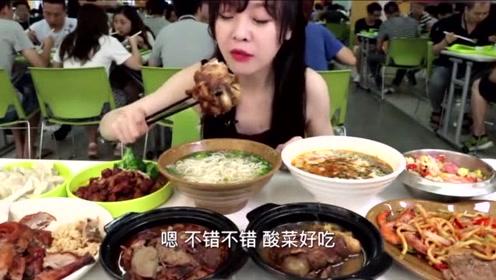 吃播大胃王:mini吃酸菜炖棒骨,全都是肉太满足了