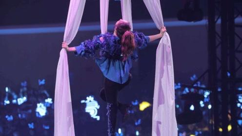 孟美岐空中跳绸缎舞,肋骨排深深吸引了我,真是让人羡慕啊!