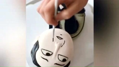 """有""""味道""""的蛋糕!合肥90后蛋糕师把苏大强表情包做蛋糕上"""