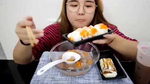 微胖小姐姐吃播美食,看她满足的左右摇摆,都要跳起来了!
