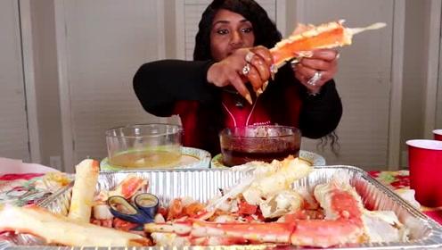 吃蟹阿姨直播吃蟹腿,这个蟹腿可能比猪腿还重