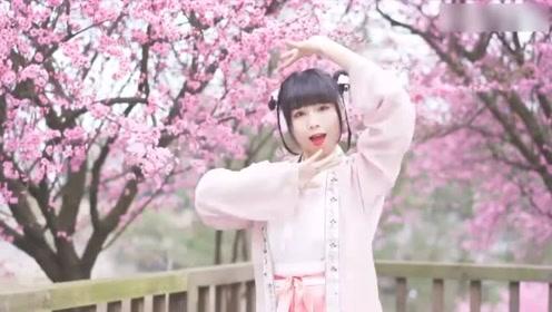 清纯美女舞一曲古风舞《桃花笑》满满的中国风,风景太优美!