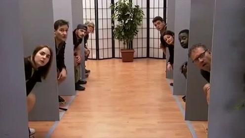 老外整蛊视频,当你进入厕所看到这场景时,你的反应会怎样?