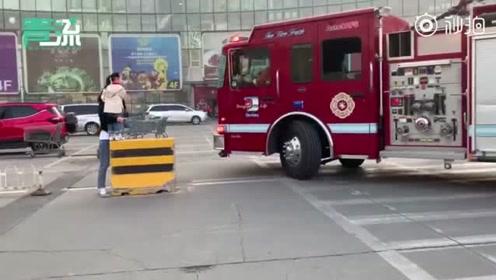 北京亦庄创意生活广场着火,员工疏散消防到场-青流视频的秒拍视频
