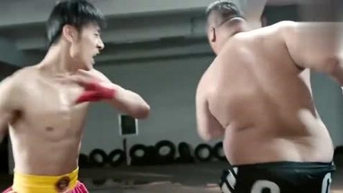 小伙一拳打上去,胖子感觉在挠痒痒,确定两人是一个级别的吗