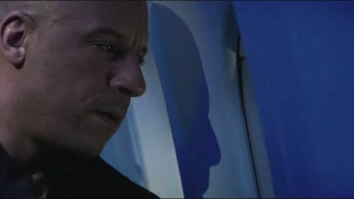 男子发现飞机窗户上出现符文,用一个图钉和一杯水就找的原因