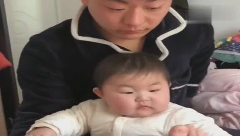 宝爸玩宝宝的脚,宝妈也把脚伸过去,结果扎心了!