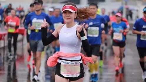 马拉松比赛想上厕所,男的可以就地解决,那女的呢?