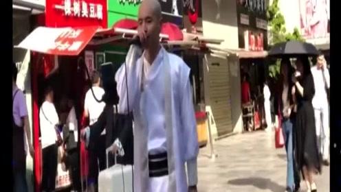 一个和尚街头唱《江海不渡你》火了,是个有过往的和尚啊