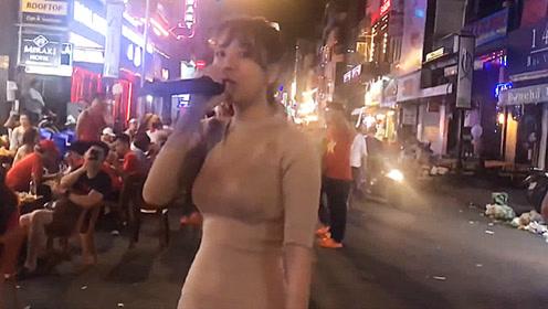 越南美女深藏不露,街头一首《情深深雨濛濛》一开口惊艳众人!