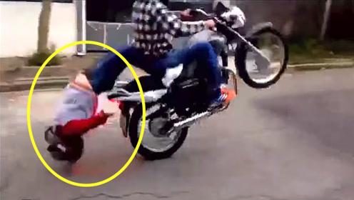 老外骑摩托带姑娘飙车,回头一看人没了,网友:小姐姐好腰力!