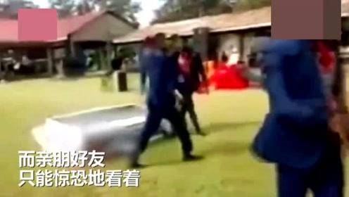 5男子抬棺材跳舞 不料一个转身动作太大将遗体抖翻在地