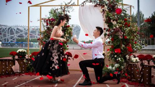 百米飞人张培萌520成功求婚张漠寒 跑道上铺满鲜花现场超浪漫