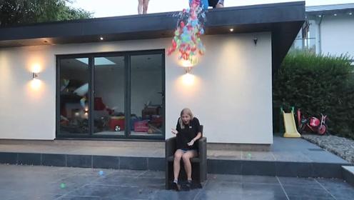 作死小伙用100个水气球砸女友,女友顿时炸开锅,网友:祝单身