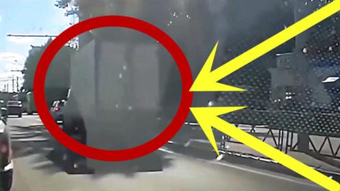 货车司机蒙圈了,这么大的货车被轿车干翻了,视频拍下尴尬场面!