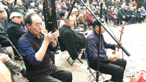 农村老人乐队团,吹拉弹唱,大爷们才艺出众,都很卖力