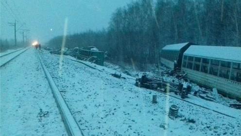 俄罗斯火车意外脱轨!防空导弹滚落一地,围观民众遭军警驱逐