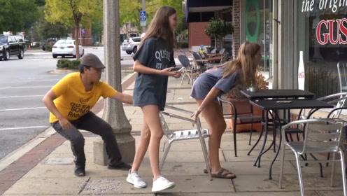 老外作死恶搞,将路人椅子瞬间抽掉,结果被人追着打!