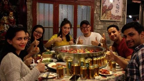国外吃货来中国吃小龙虾,点了一盘又一盘,结账时懵了:这么贵?
