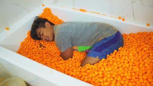 小哥用零食泡澡,一边吃一边泡,真的是好嗨呦!