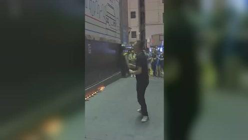 深圳男童被坠窗砸中不幸身亡 市民自发献花悲悼
