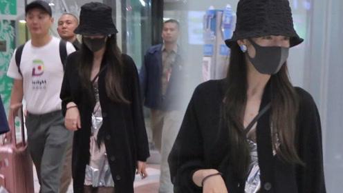 迪丽热巴现身泰国,穿睡裙和拖鞋走机场太任性