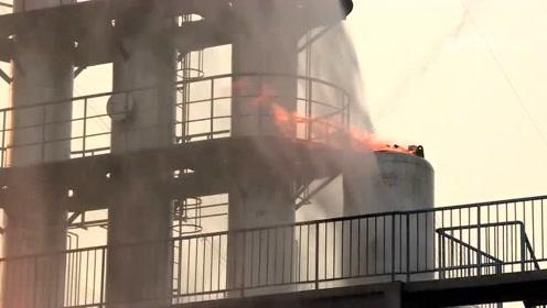 给消防员点赞 真实救火现场环境更恶劣