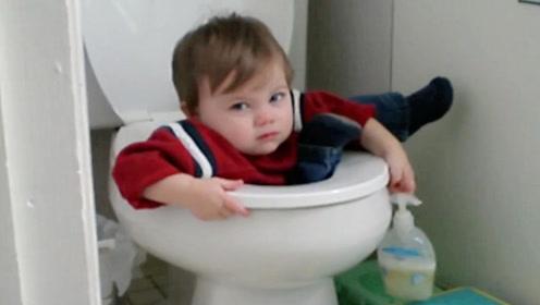 小娃上厕所1个小时没出来,一开门看到这画面,爸妈都傻眼了