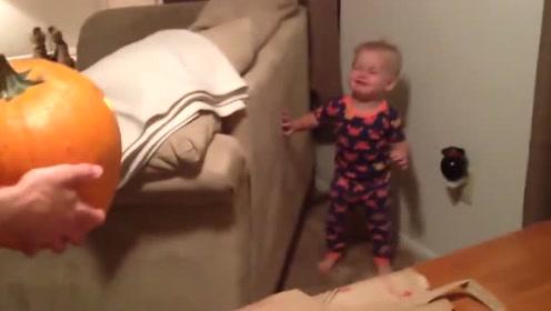 爸爸抱个大南瓜转身,接下来小宝宝瞬间被吓的边后退边哭!