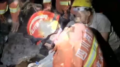 长宁6.0级地震 消防员已救出两人
