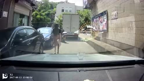 司机 不给油门不按喇叭!原来是不打扰前面的美女!